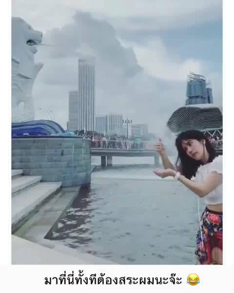 泰国网红解锁新加坡鱼尾石狮子雕塑前照相的新姿势