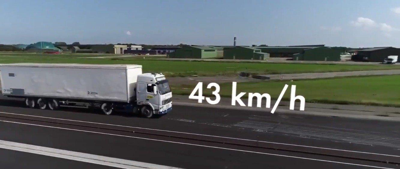当载重卡车以43kmh速度追尾交通堵塞的前卡车