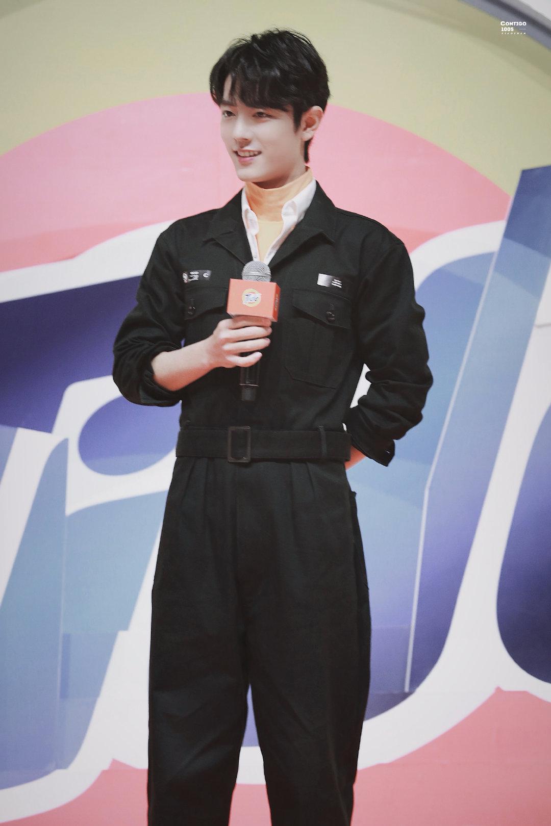 肖战品牌发布会饭拍~今日份橙色内搭+黑色连体工装裤的战战