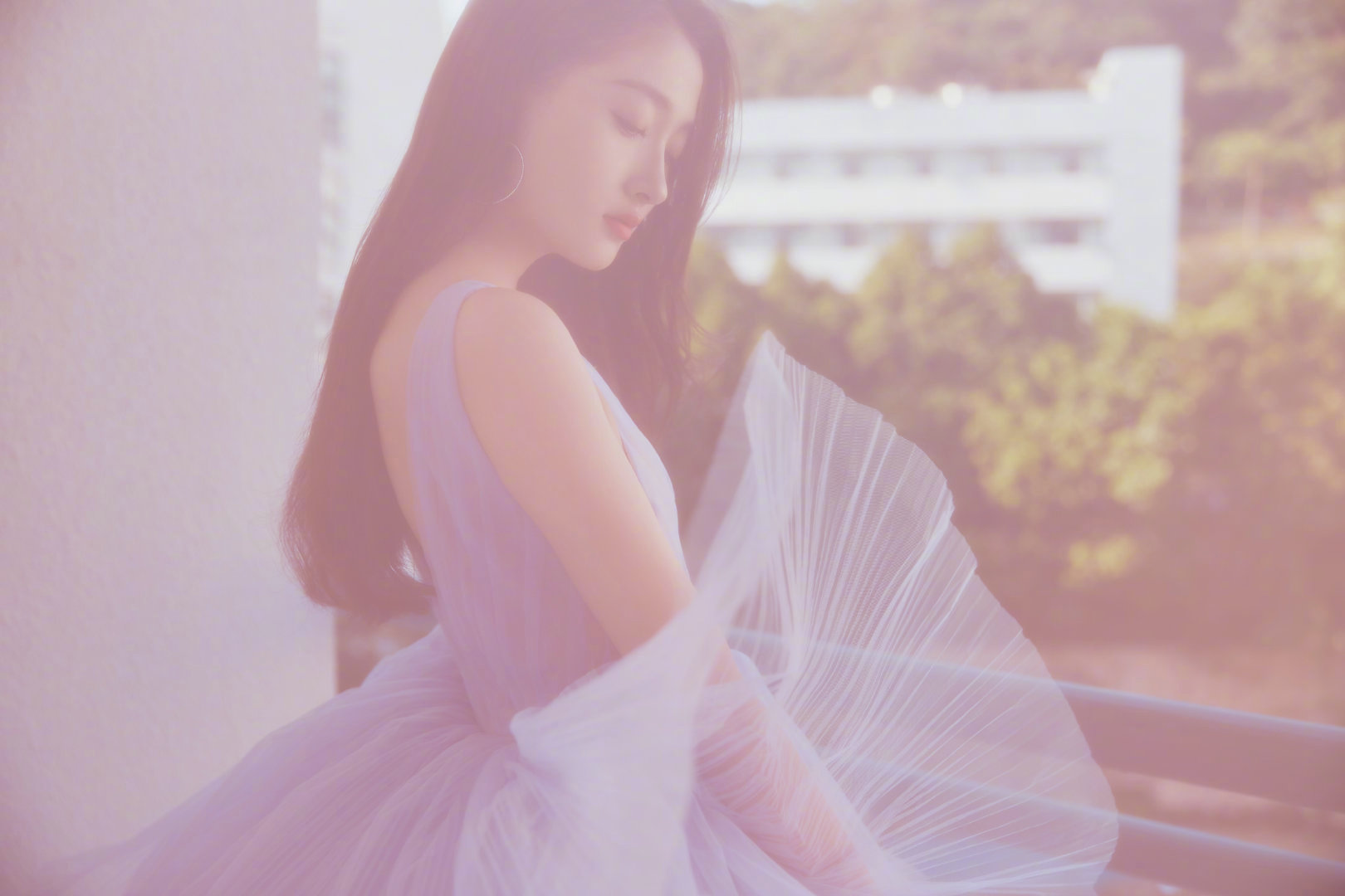 关晓彤紫色深V蛋糕礼服裙,一双大长腿超吸睛,身材颜值被赞爆!