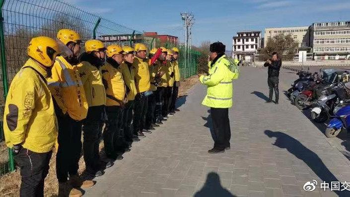 昌平安监民警对外卖员开展守法教育
