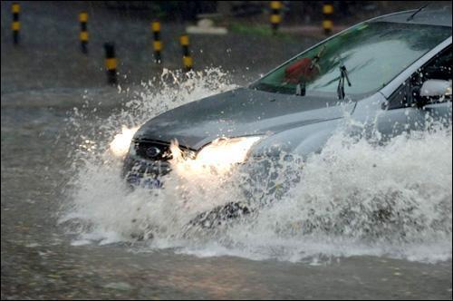 开车遭遇暴雨如何自救?哪怕记住一条,关键时刻能救命