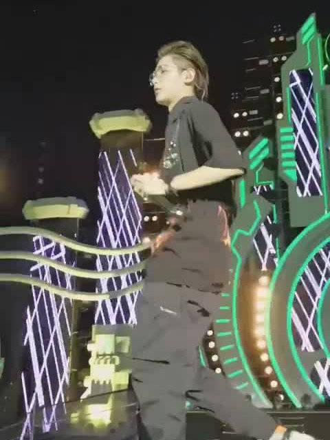 Justin黄明昊武汉欢乐谷HOHA音乐节《Hard Road》直拍~若芽海全场slay