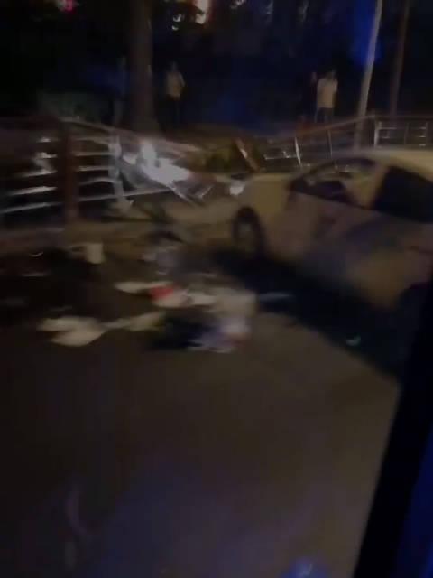 27日晚网友事故播报,高尔基路和平广场附近,疑独立事故,车损不轻