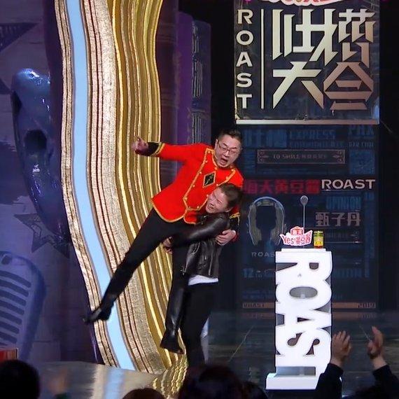 这次竟然邀请了女拳王张伟丽作为嘉宾来吐槽