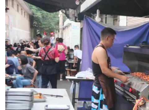 陕西一家无招牌烤肉店,一串一块钱还有烤馕,顾客坐满一条巷子