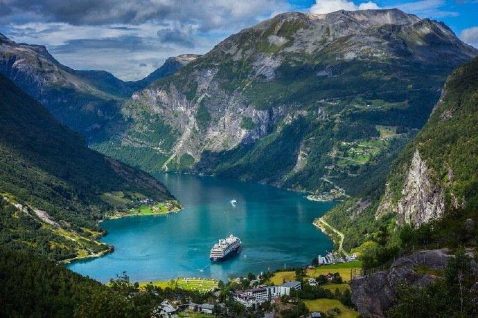 在挪威,不止有纯净的冰雪、多彩的木屋,还有无比秀丽的峡湾