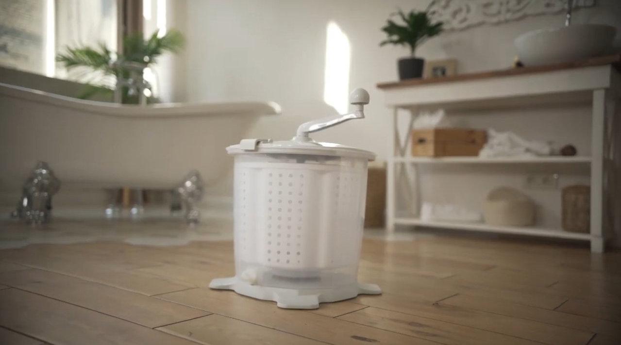 新奇的创意洗衣桶,搅一搅就能洗净又甩干,洗内衣太方便了
