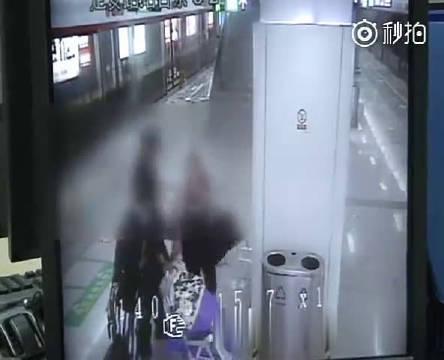 父母乘地铁碰掉女子iPad 女子推翻婴儿车