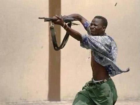 为什么非洲民兵将步枪举过头顶射击?有讲究,这竟然是正确方法!