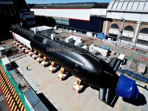 法国首艘梭鱼级核潜艇亮相!潜航噪音接近鲸鱼,性能堪比093B
