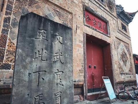 """四川最""""洋气""""城市,红灯酒绿连接石板木门"""