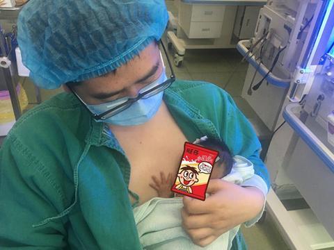 90后男医生抱早产儿做袋鼠护理,大气都不敢出引网友夸赞:好暖啊