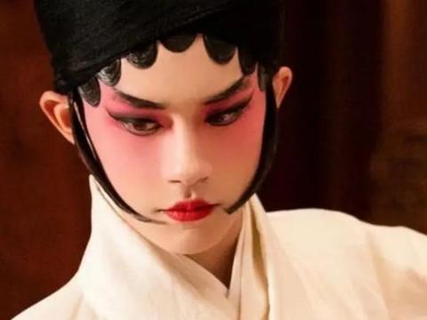 刘昊然绯红戏剧古典装,造型越来越大胆,演技也是越来越出色