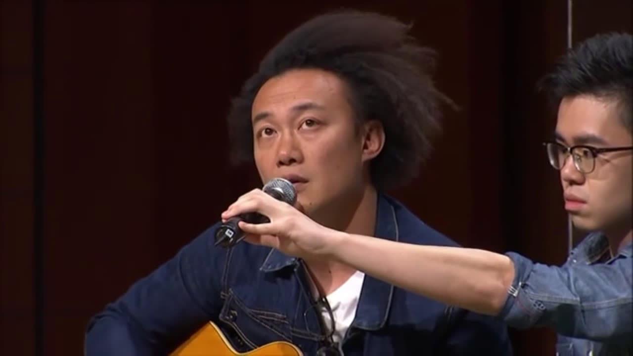 陈奕迅现场清唱《我的快乐时代》,在忘词的边缘疯狂试探