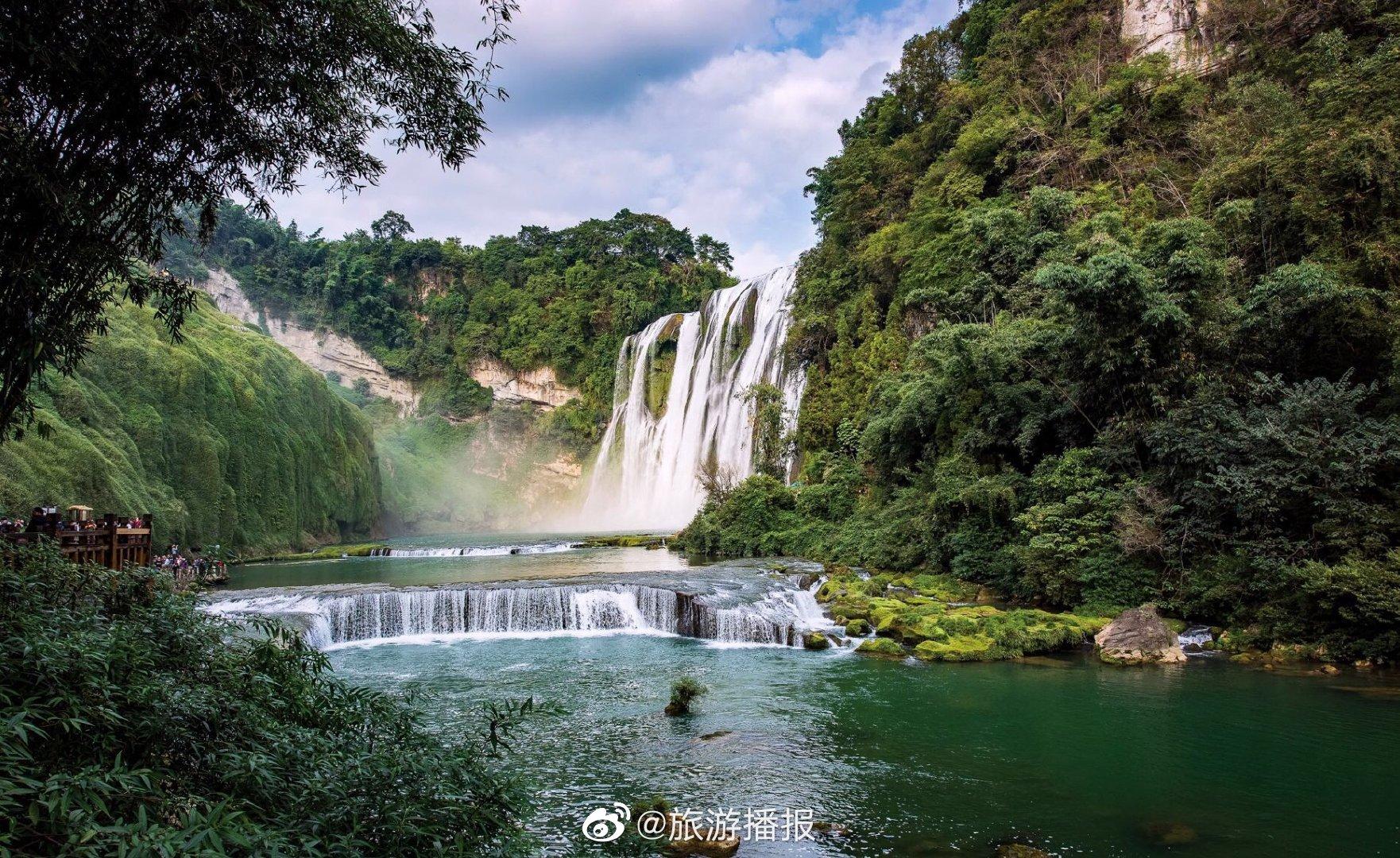 黄果树瀑布是中国最大的瀑布,它周围岩溶广布,河宽水急,山峦叠嶂