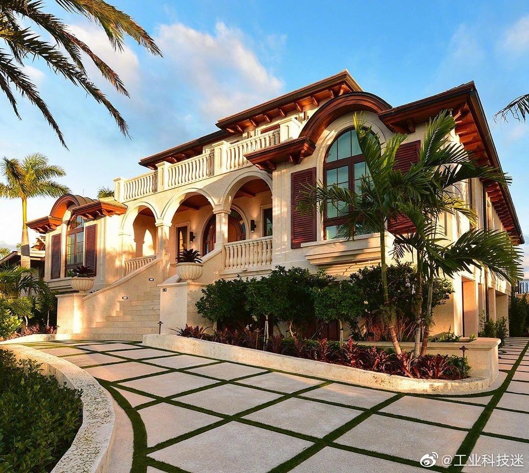 你喜欢简简单单的,纯净的房子,这套位于美国佛罗里达的海景房