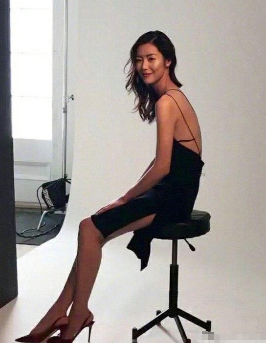 大表姐  露背生图照,刘雯身穿黑色连体裙身材纤细,薄如纸片