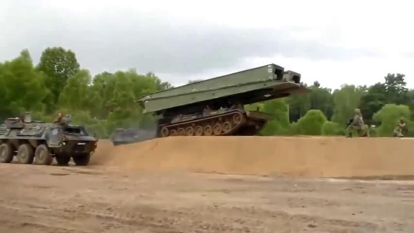 看完长眼界了,德国军事演习,坦克架桥车工作过程