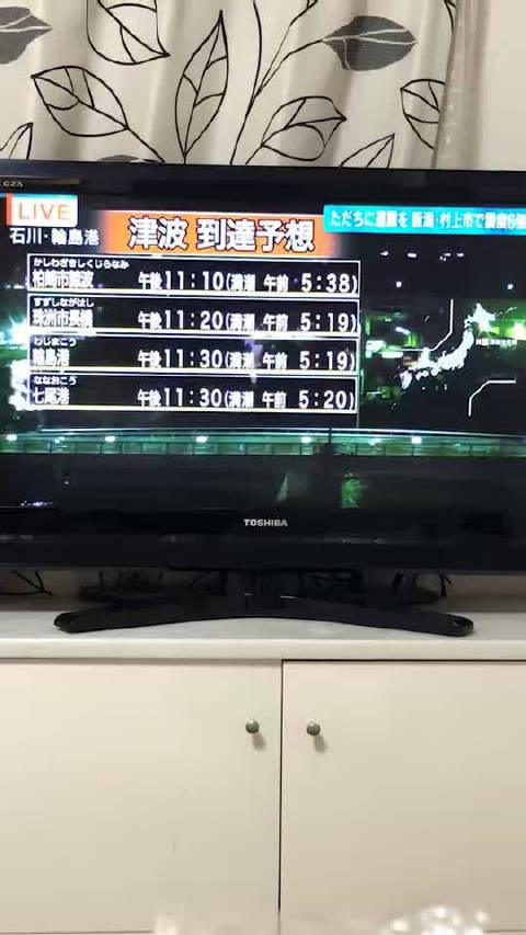 电视节目都停了,NHK立刻展开直播,同时政府发布海啸警报