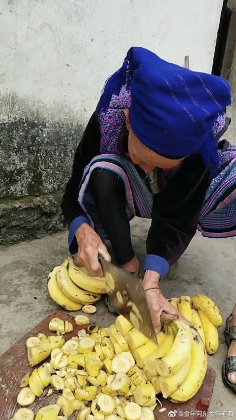 老奶奶家的香蕉是用来喂猪的,真的是太奢侈了吧