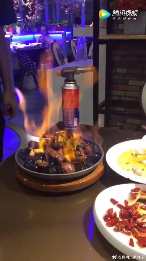现在的饭店真会搞气氛,就想知道这盆菜为什么会着火?