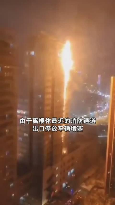 12月2日,沈阳居民楼起火