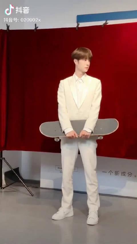 没看过!王一宝抱着滑板的样子好乖好可爱啊!!