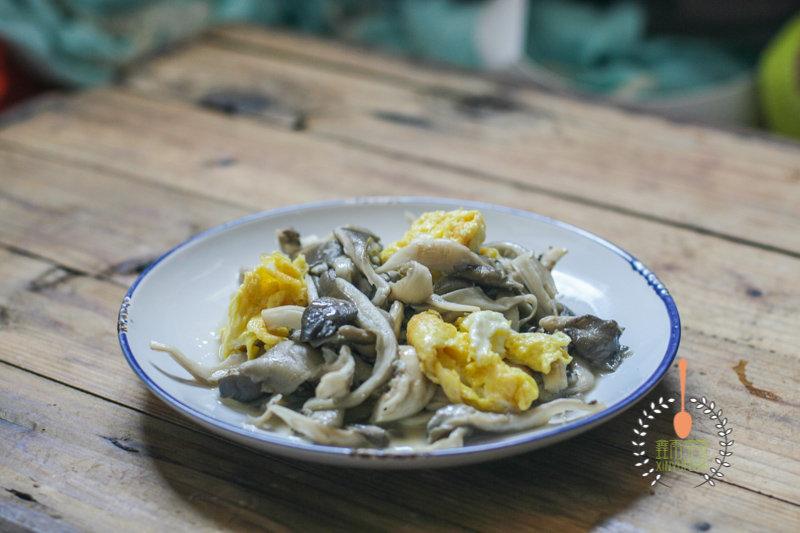 鸡蛋炒蘑菇,里面加了这两种料,口味大不同,土腥味去无踪