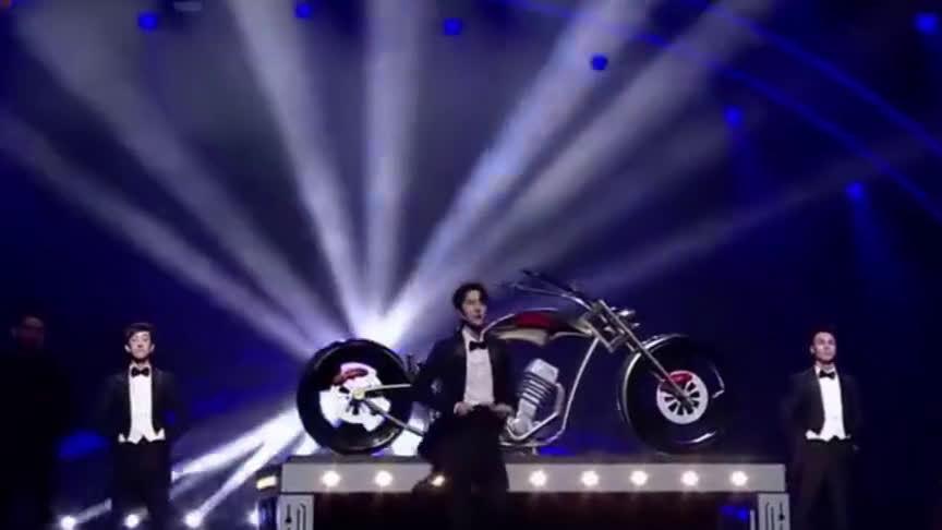 王一博又跨界变魔术,却绝对不忘带摩托车出镜