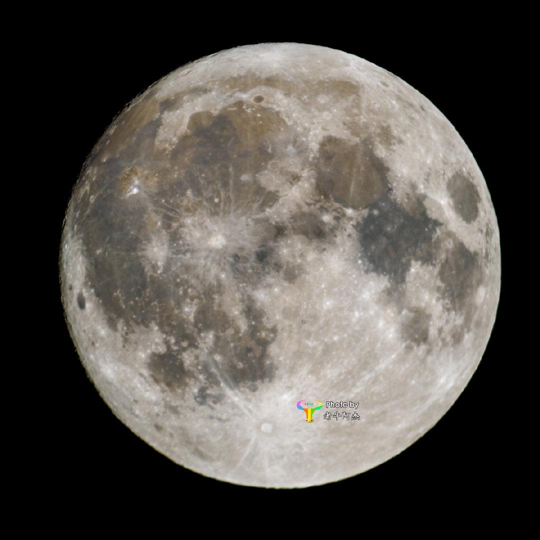 可以确认了!月面上有一处巨大的三角形涂鸦。今晚满月,视宁度很好