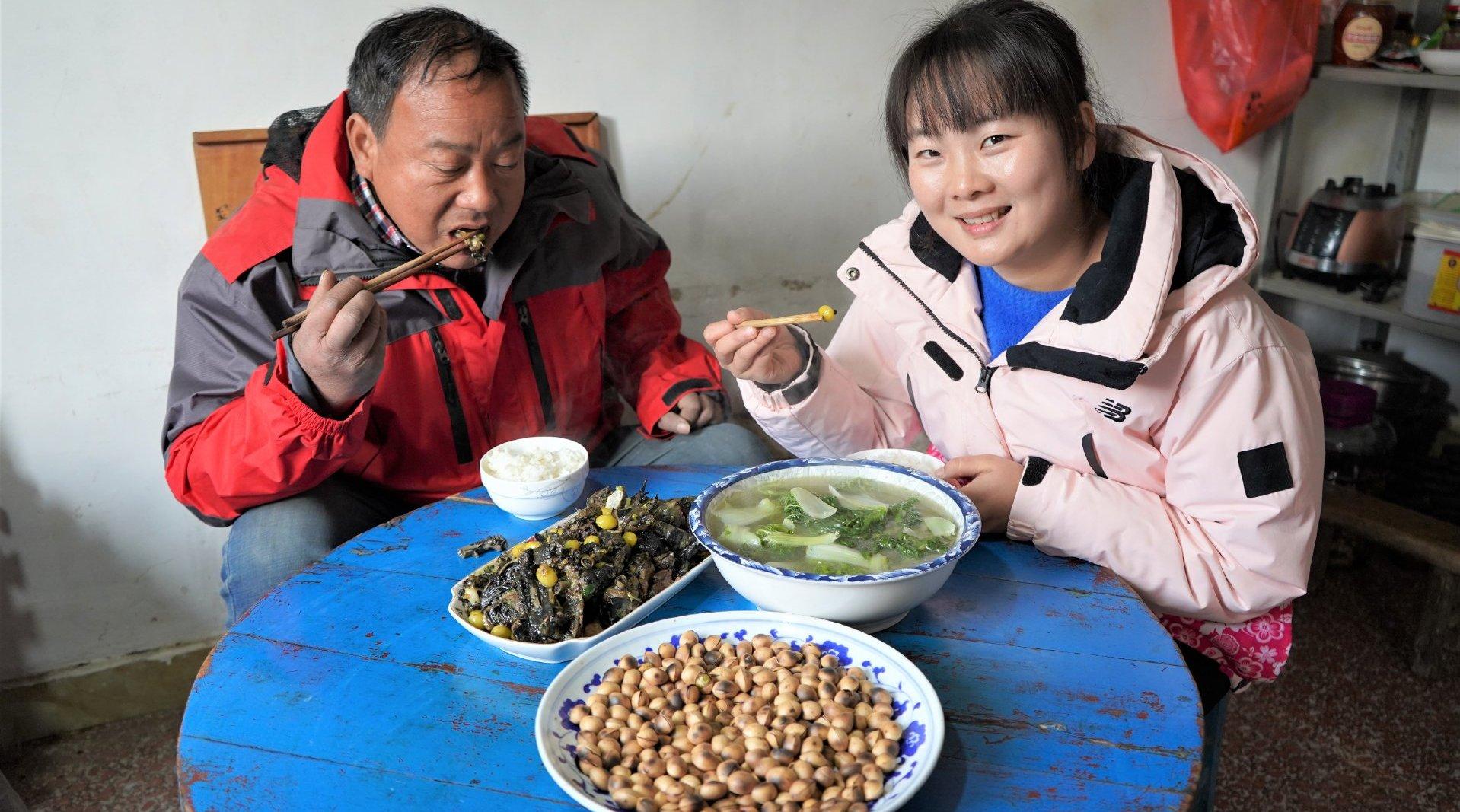 农村银杏果肉臭味扑鼻,莹莹用来给爸爸做美食,让人大开眼界