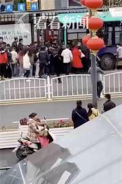 盐城一辆公交车突然失控冲上站台 现场监控曝光