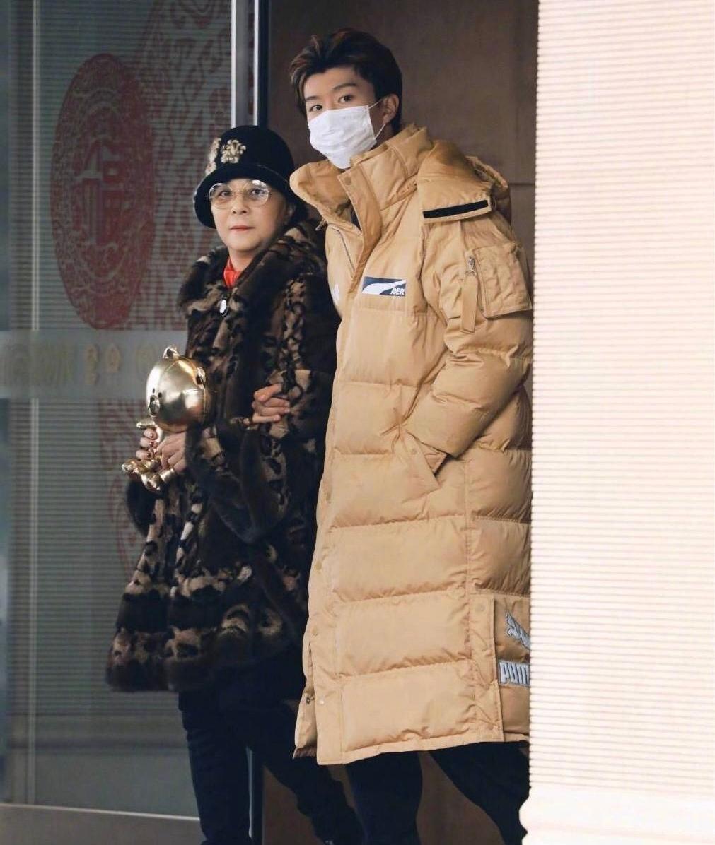 李晨接机范丞丞!一同出现的,还有范冰冰姐弟的妈妈