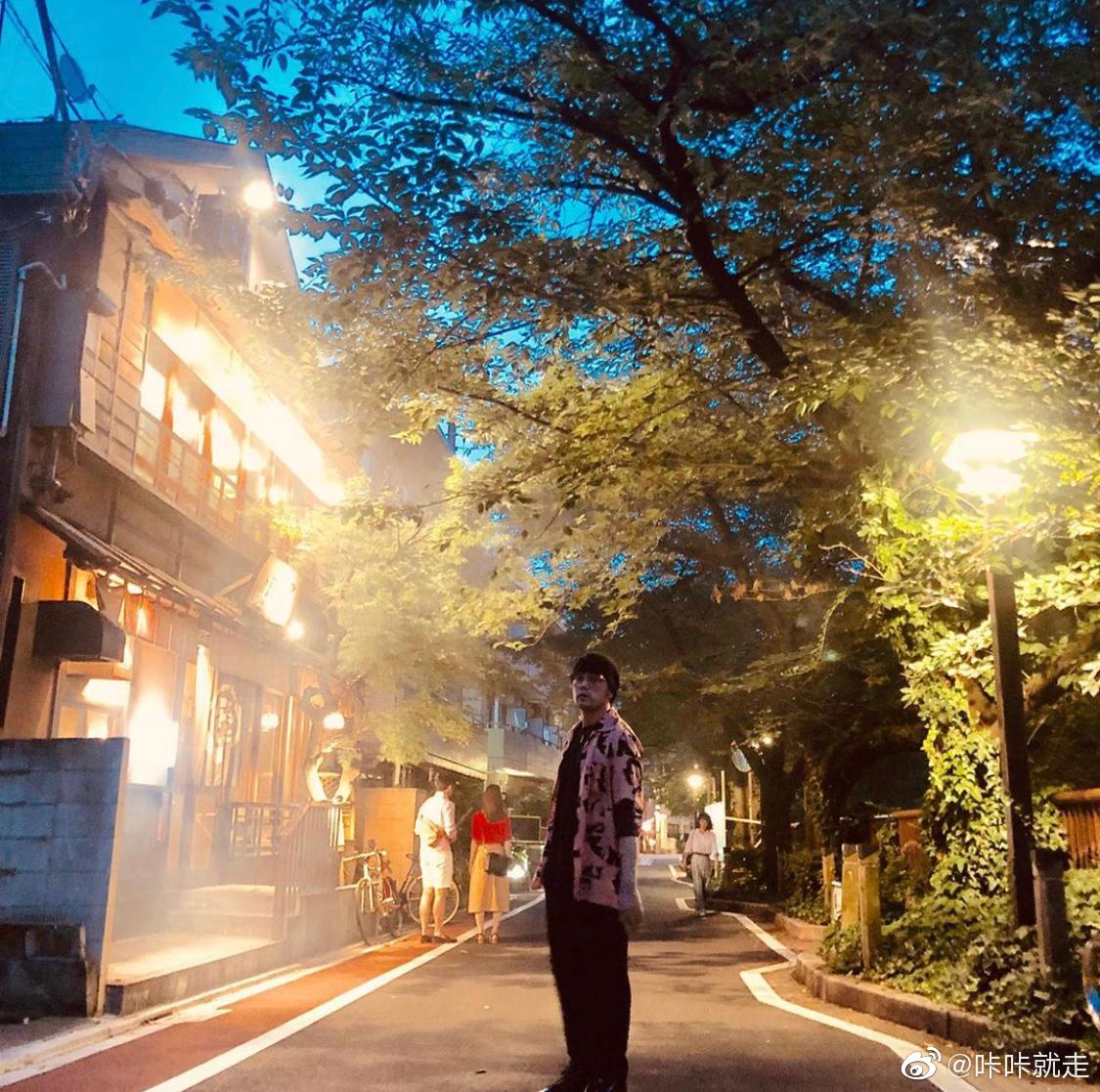 当大家熬夜给 刷榜的时候,他正在日本东京旅行。目黑川、原宿