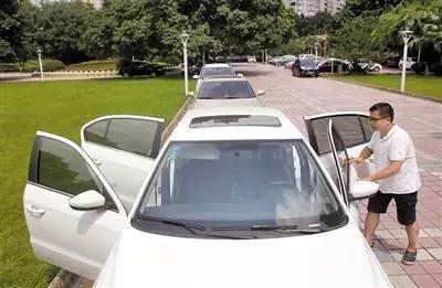 汽车暴晒后 教你不用开空调车里瞬间降8℃!