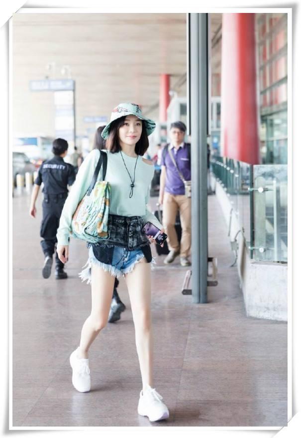 袁姗姗穿两个牛仔短裤不算什么,李菲儿直接短裤失踪才叫厉害!