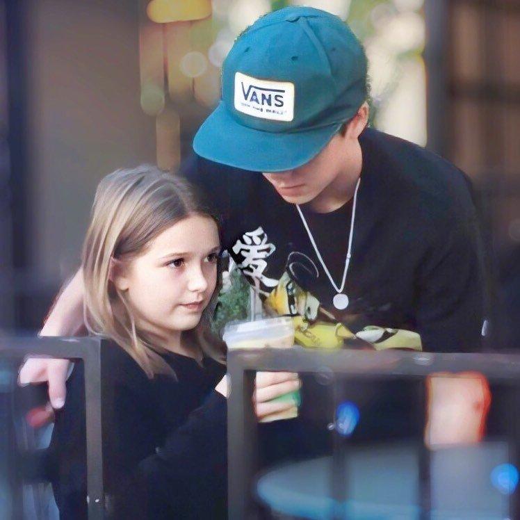 两个哥哥带着小七在洛杉矶喝咖啡被拍。爸爸妈妈不在