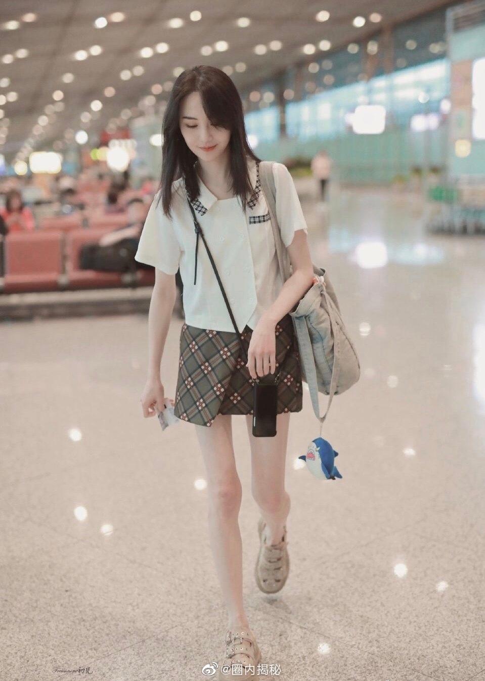 郑爽最新机场图,感情稳定的爽妹子私服都是以短裙示人