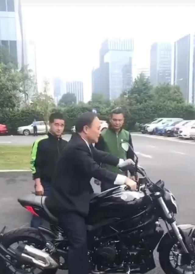 汽车狂人李书福车技雷人,试驾新款摩托,身影不输专业车手