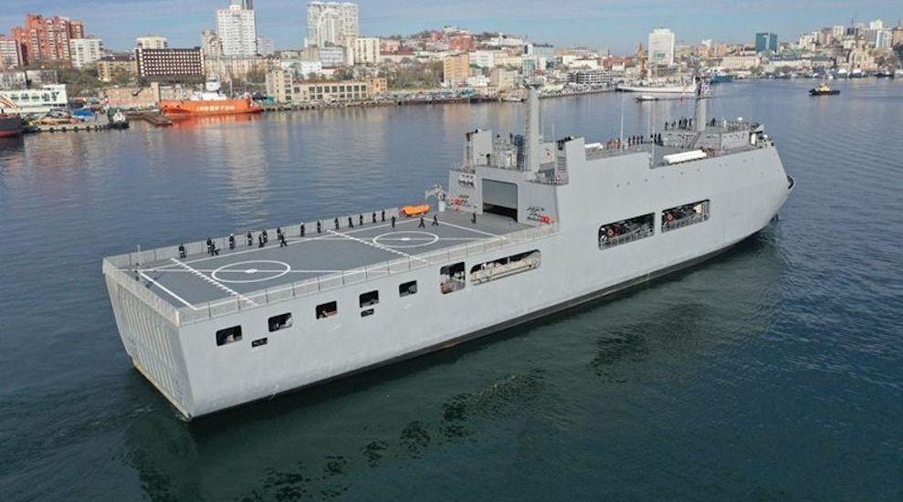 一艘万吨巨舰抵达港口,俄海军再次被当面羞辱,司令看后脸色铁青