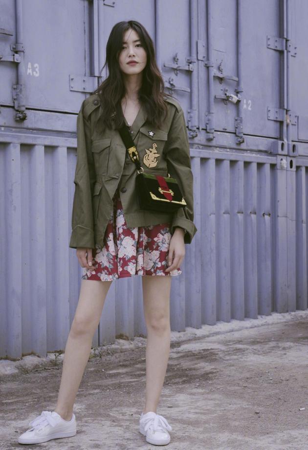 大表姐 刘雯 身着甜美连衣裙 混搭酷感军装外套 增添了几分俏皮