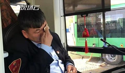 郑州公交车司机背着素昧平生的老人下车,接受采访时自己却哭了