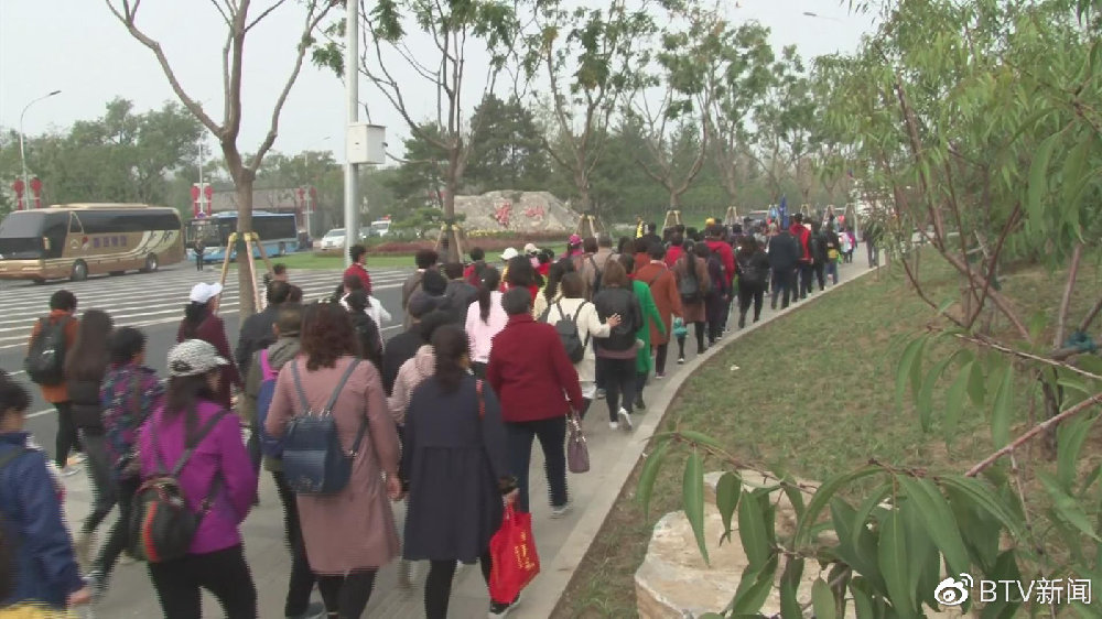人潮汹涌!香山红叶观赏季迎来首个高峰日,共享单车禁上香山