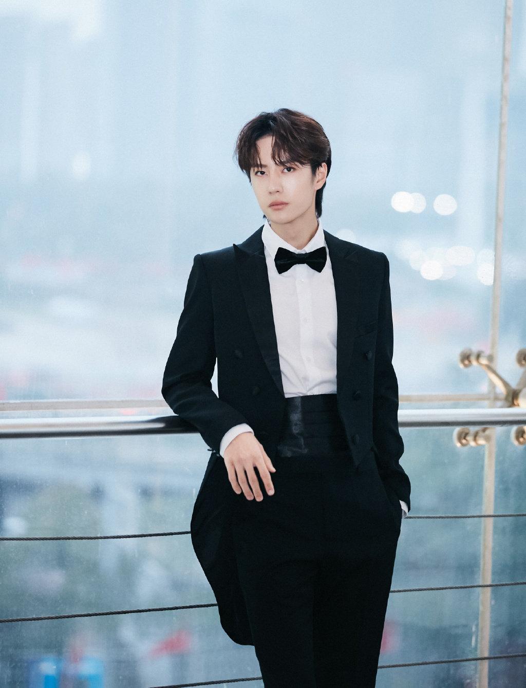 王一博身穿黑色燕尾服搭配白衬衫戴蝴蝶领结展尽优雅绅士