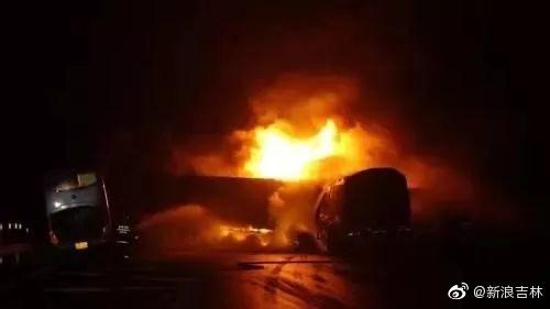 珲乌高速多车连撞 一快递车与鞭炮车起火无人员伤亡