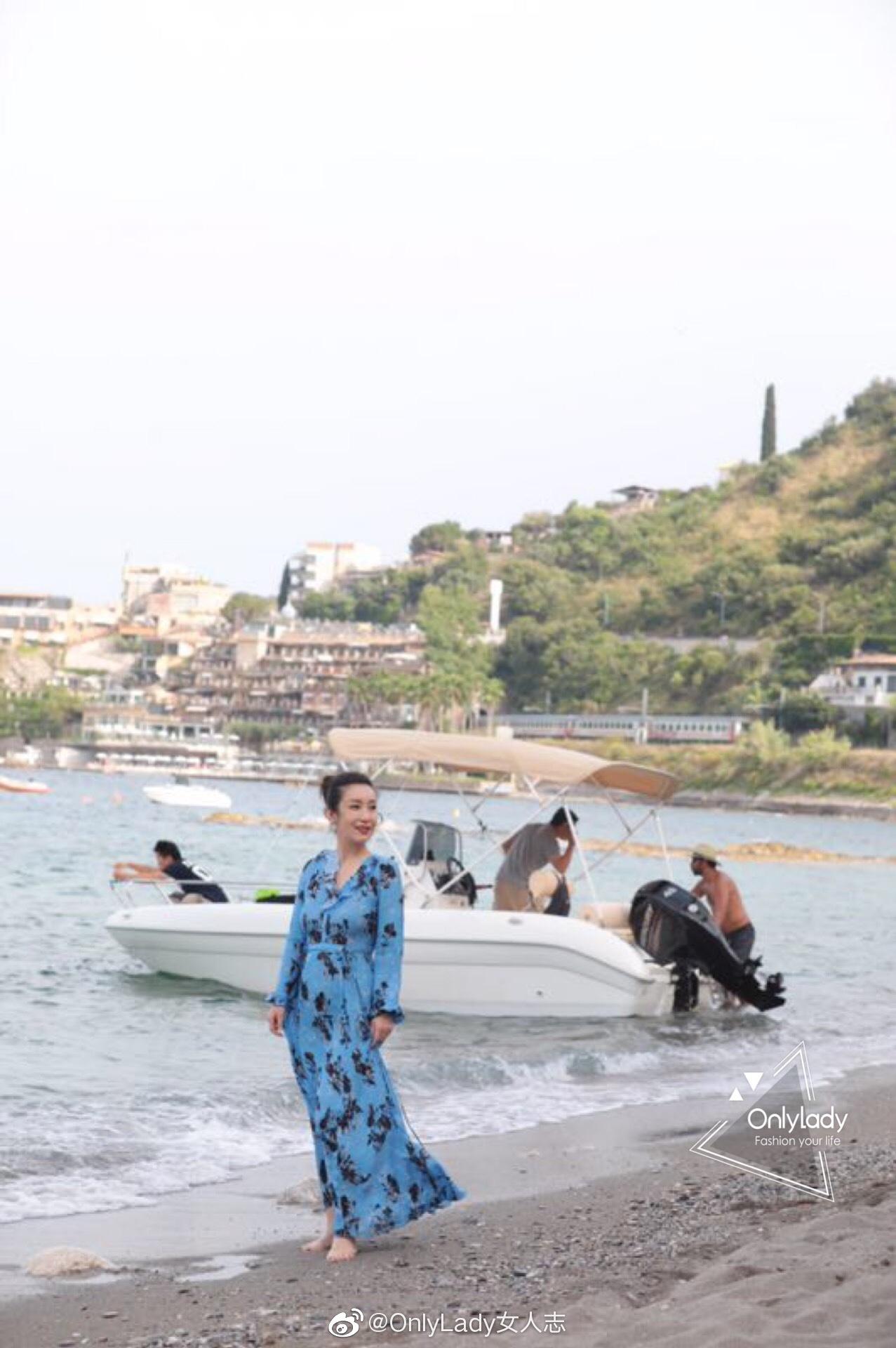 @秦海璐 身着蓝色复古印花长裙散步海边,竹编水桶包精巧别致