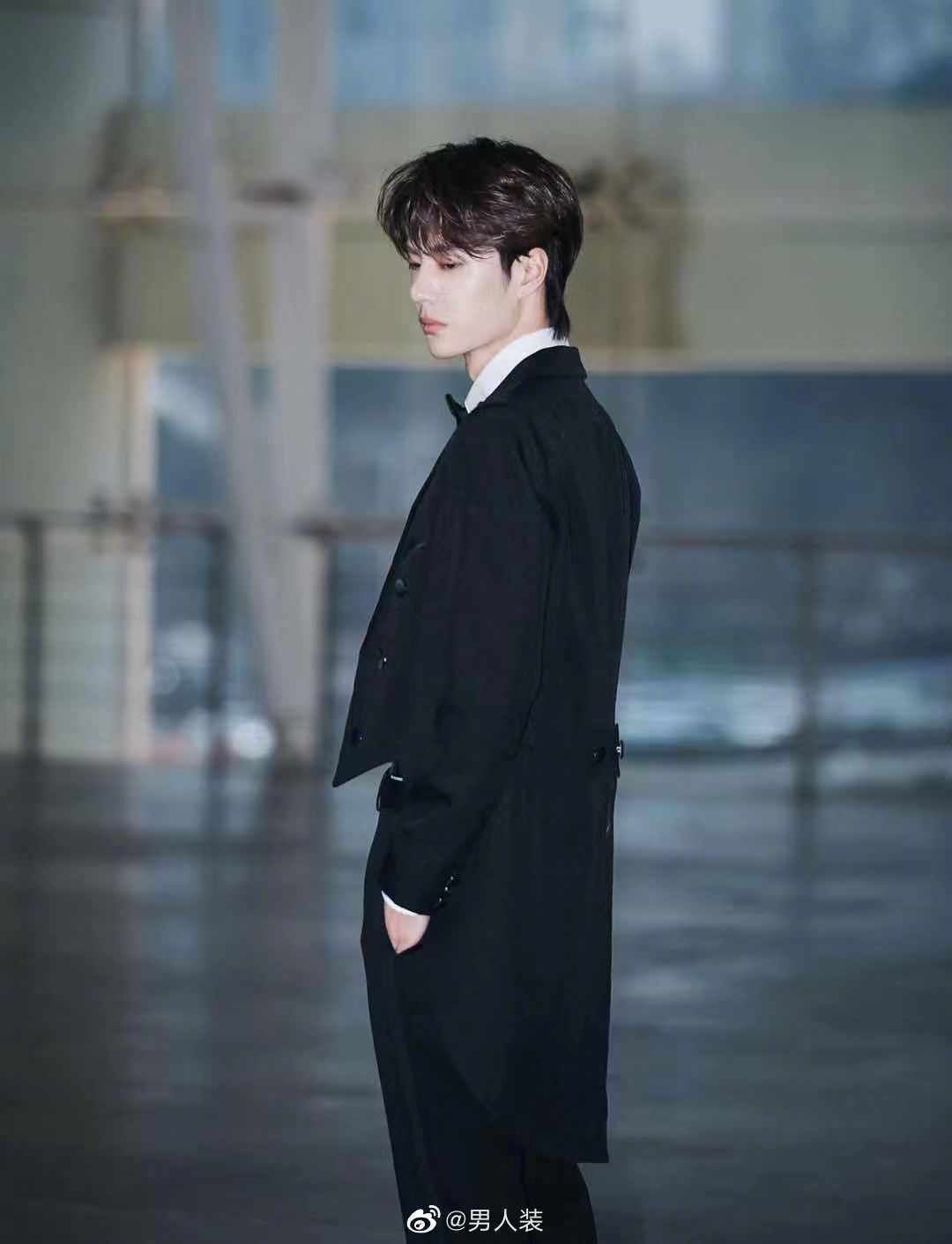 王一博魔术表演造型公开,黑色长燕尾服打着小领结