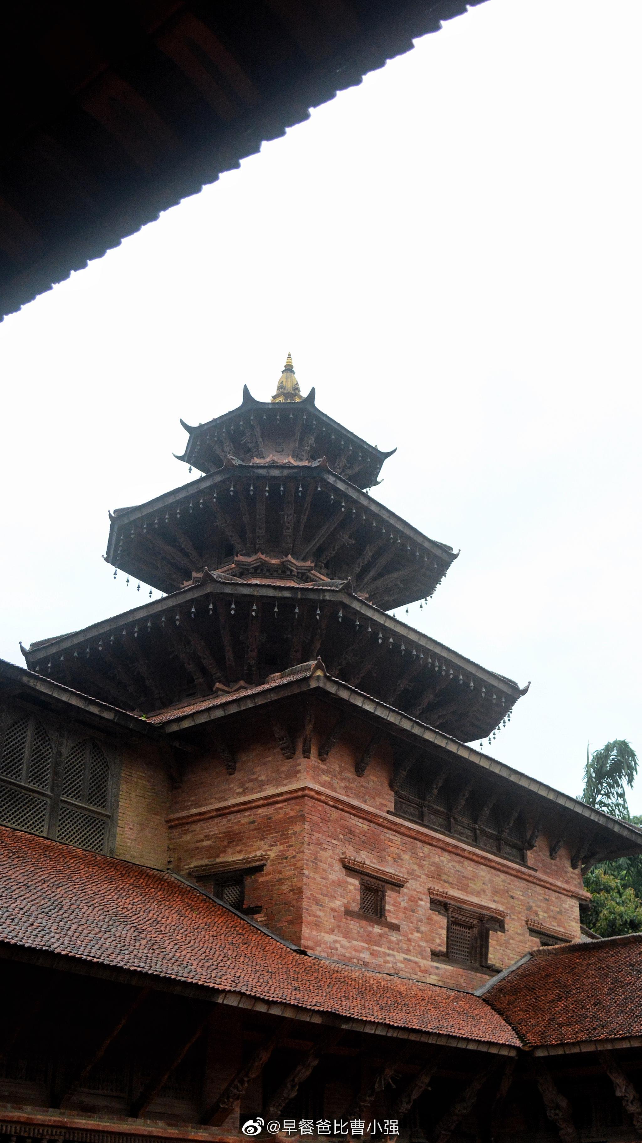 今天游览尼泊尔帕坦杜巴广场之前大地震损毁的建筑依旧在修复中但建