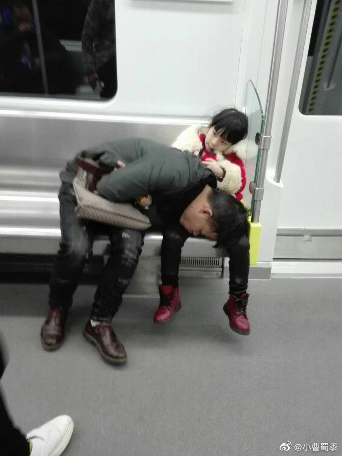 在南昌地铁2号线上出现温馨一幕